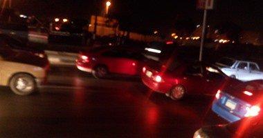 توقف حركة المرور أعلى محور الأوتوستراد بسبب انقلاب سيارة نقل ثقيل