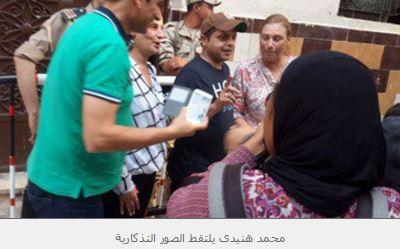هنيدى يلتقط صورًا مع ناخبين ويدعو المواطنين: انزلوا انتخبوا برلمان بلدكم