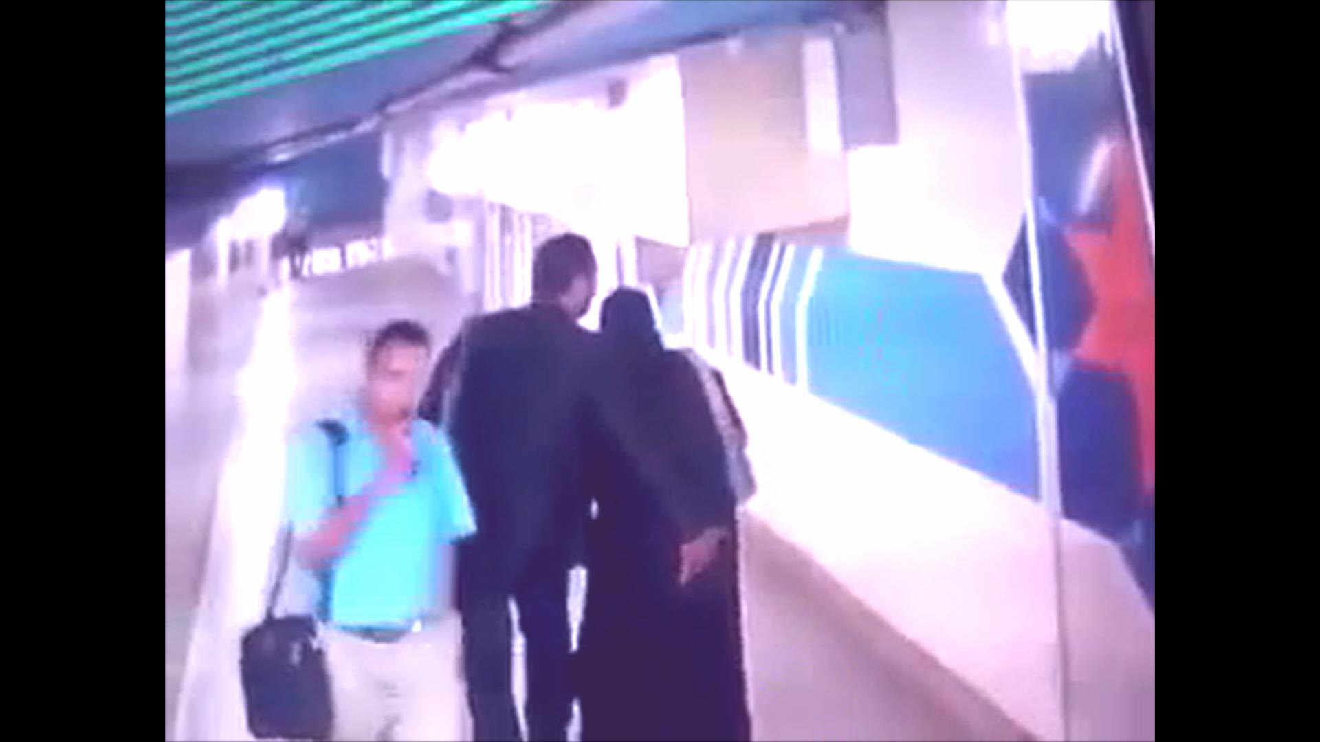 تسجيل مسرب من كاميرات مترو الأنفاق يظهر فيه ملتحي ومنقبة يقوما بأفعال فاضحة داخل محطة المترو