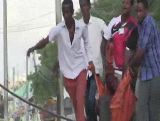 تقرير حول مقتل (15) شخص بينهم مسئولين في الحكومة في هجوم استهدف فندق بالعاصمة الصومالية