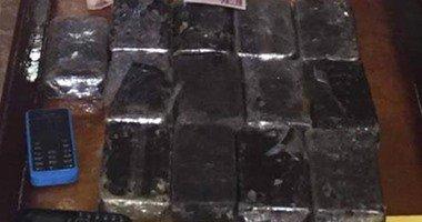 """قوات التدخل السريع تضبط تاجر مخدرات بحوزته 13 """"فرش حشيش"""" بطريق الواحات"""