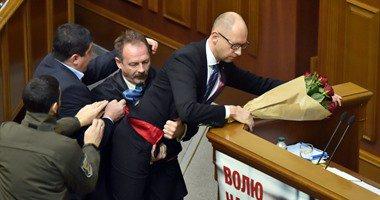 بالفيديو.. رئيس وزراء أوكرانيا يتعرض للضرب داخل البرلمان