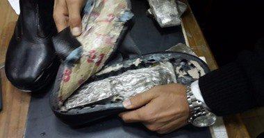 ضبط راكب بالمطار حاول تهريب 620 جرام حشيش داخل حذائه إلى دبى