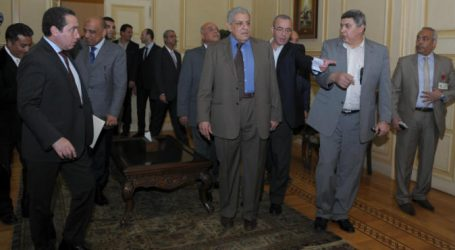 محلب ووزير البترول الأسبق يصلان إلى مطار الغردقة