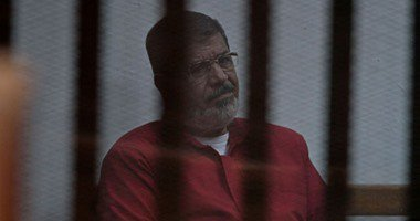 """قاضى """"التخابر مع قطر"""" لمحمد مرسى: """"إتعدل فى القفص"""""""