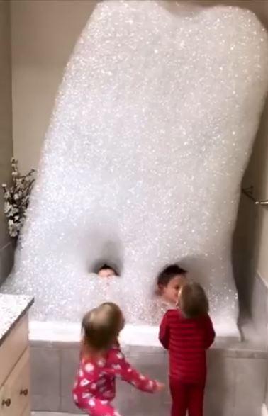 شاهد ما فعله رجل لإسعاد أطفاله أثناء الاستحمام (فيديو)