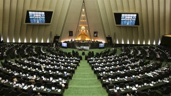نواب البرلمان الإیراني يحرقون العلم الأمريكي