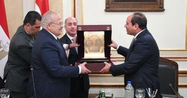 عثمان الخشت يهدى درع جامعة القاهرة للرئيس السيسي.. صور