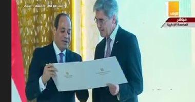 الرئيس السيسى يقدم شهادة تقدير للرئيس التنفيذى لشركة سيمنز