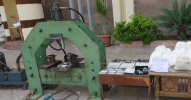 بيان للداخلية: ضبط مصنع للهيروين يستهدف الشباب والتحفظ على أدوات التصنيع..صور