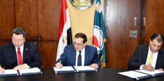 وزير البترول خلال التوقيع على الاتقافية