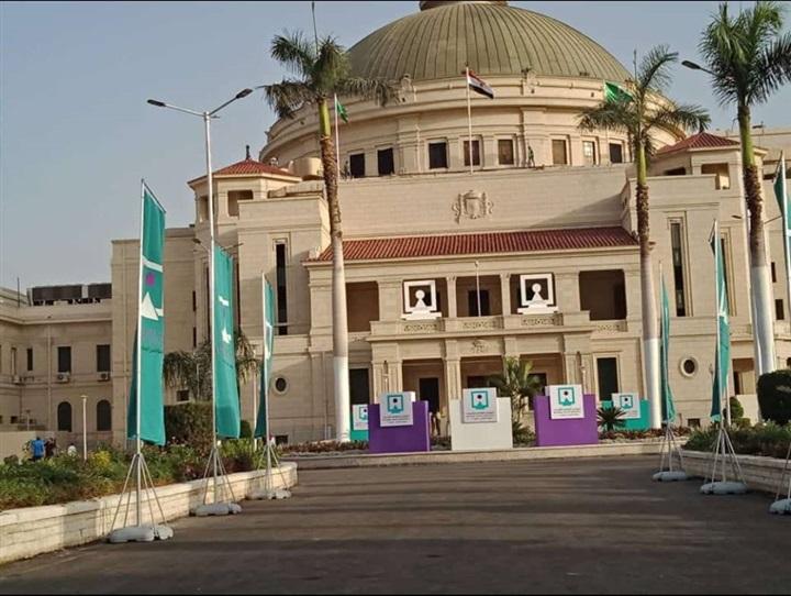 جامعة القاهرة تتزين لاستقبال السيسي وضيوف مؤتمر الشباب