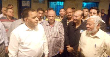 رئيس السكة الحديد يتابع حركة القطارات وشبابيك الحجز وأرصفة محطة القاهرة