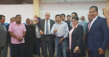 صور.. وزير الشباب يتفقد النادى الأوليمبى بالإسكندرية ويلتقط الصور مع اللاعبين