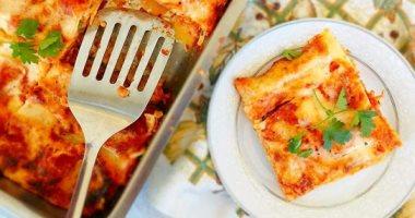 طريقة عمل اللازنيا بالبشاميل والجبن