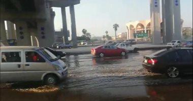 صور.. زحام مرورى بسبب تسرب مياه الصرف بمحور النصر أسفل كوبرى الفنجرى