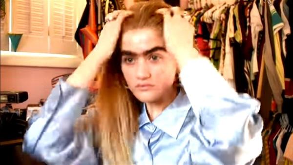 بالفيديو ..عارضة أزياء تثير حملة على مواقع التواصل بسبب شكلها
