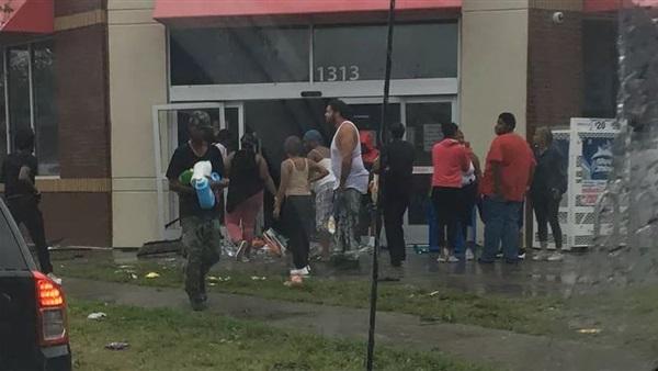 لصوص أمريكا يستغلون إعصار فلورانس وينهبون المتاجر