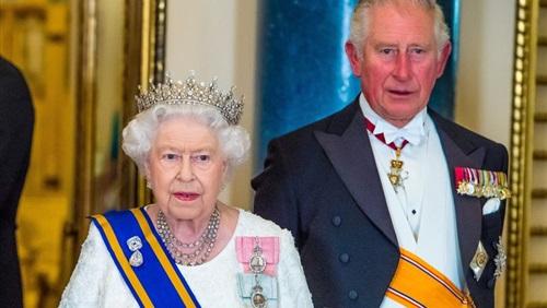 صحيفة بريطانية تكشف نية الملكة إليزابيث التنازل عن العرش للأمير تشارلز