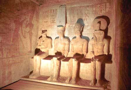 """مطارات مصر تشهد رحلات مكثفة لأبو سمبل لمشاهدة ظاهرة """"قدس الأقداس"""""""