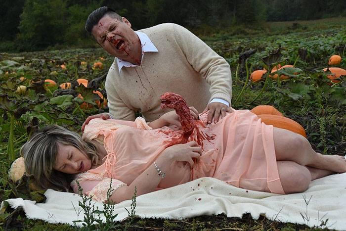 بالصور… جلسة تصوير غريبة لامرأة حامل بمناسبة الهالوين