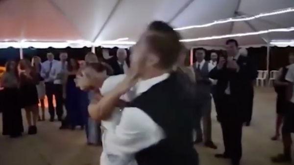 شاهد.. ماذا فعل عريس بعروسته فى حفل الزفاف