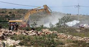 سلطات الاحتلال تنفذ أعمال تجريف واسعة بمخيم شعفاط للاجئين.. فيديو