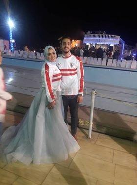 عروسان بالشرقية يرتديان تي شيرت الزمالك في خطوبتهما:«بيجري في دمنا»