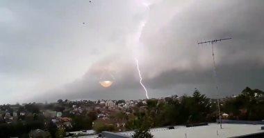موجات برق شديدة تضىء سماء الكويت وسط أمطار غزيرة
