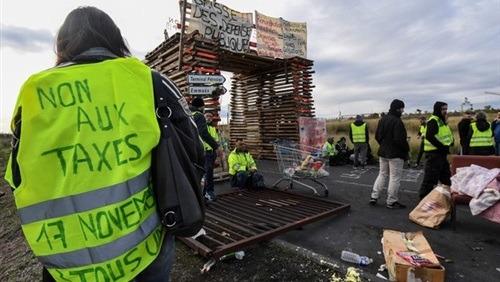 الحكومة الفرنسية: التراجع عن زيادة الضرائب حال عدم التوصل لحل