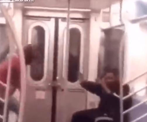 بالفيديو… فتاة تعتدي على شاب بالضرب المبرح داخل المترو