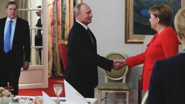 بوتين وميركل يتفقان على إجراء محادثات رباعية لحل أزمة السفن الأوكرانية