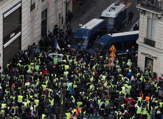 الشرطة الفرنسية تطلق الغاز المسيل للدموع مع عودة تظاهرات السترات الصفراء