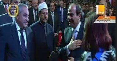 الرئيس السيسى يتوجه لمصافحة زوجة بطل ملحمة الشرطة فى 1952