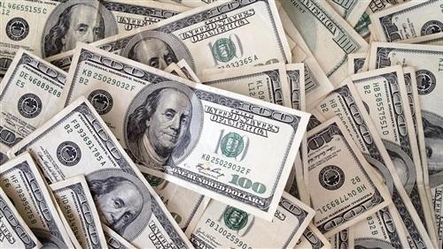 الدولار يتراجع قرشا واحدا ويسجل 17.57 جنيه