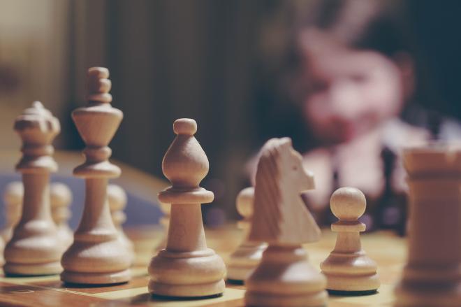 تحدى المستحيل.. قصة طفل لاجئ تُوّج بلقب بطولة نيويورك للشطرنج