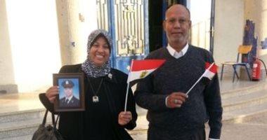 غابت أجسادهم وحضرت صورهم.. أسر الشهداء يحملون صور ذويهم بلجان الاستفتاء