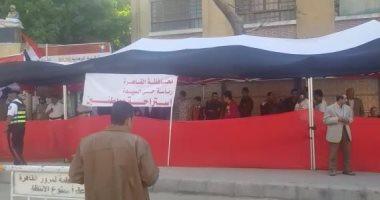 احتشاد المواطنين أمام مدارس السيدة زينب للمشاركة فى الاستفتاء