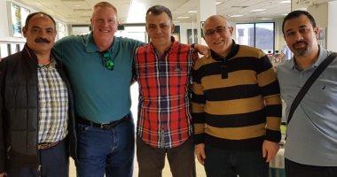 محمد فتحى حسين زيان مع أصدقائه بعد عودته إلى مصر