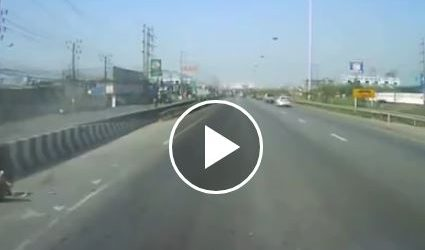 حادث مأساوي لسيدات على أحد الطرق السريعة (فيديو)
