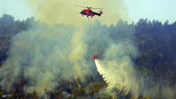 طائرة هليكوبتر عسكرية تشارك في عمليات لمكافحة حريق غابات