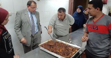 رئيس جامعة بنى سويف يزور المستشفى الجامعى ويطمئن على جودة وجبات المرضى