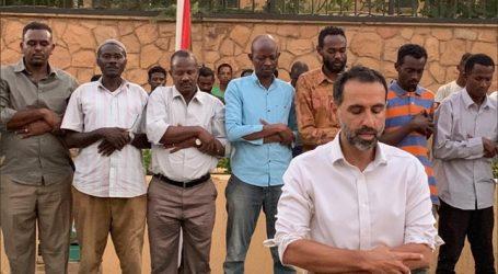 سفير بريطانيا في السودان يؤم المصلين أمام منزله في الخرطوم