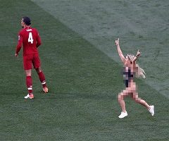 مشجعة عارية تقتحم مباراة ليفربول وتوتنهام بنهائي أبطال أوروبا