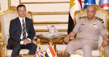 وزير الدفاع يناقش المستجدات الإقليمية مع وزير الدولة للقوات المسلحة البريطانية