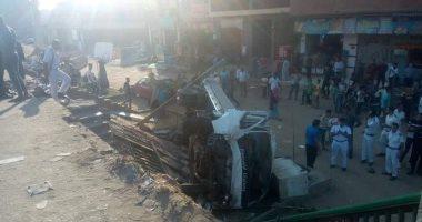 توقف حركة المرور بالعياط بعد إصابة 3 أشخاص فى تصادم سيارتين