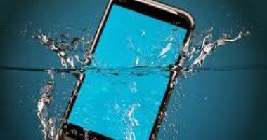 10 أشياء لا توقف عن فعلها على الفور إذا وقع هاتفك بالماء