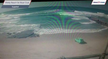 بالفيديو… سائق يقود سيارته في المحيط