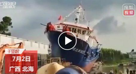 شاهد.. لحظة سقوط سفينة صيد جديدة فور إطلاقها