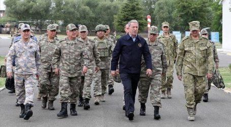 وزير الدفاع التركي يصل إلى الحدود مع سوريا